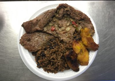 """Completa""(Take Out Container) Bistec en Cazuela, Congris y Maduros"