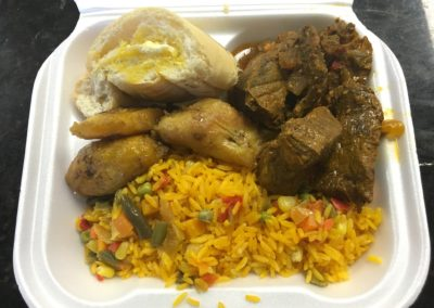 """Completa""(Take Out Container) Carne Guisada, arroz amarillo, pan cubano y Maduros"