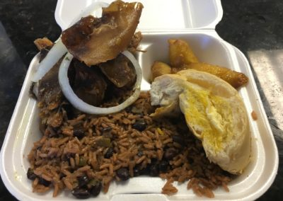 """Completa""(Take Out Container) Lechón Asado, Congris, pan cubano y Maduros"